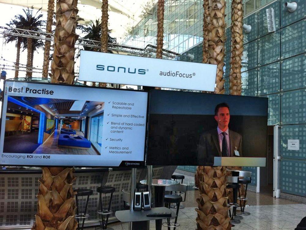 LG ShineOut-Displays, Sonus audioFoucs, auf Unicol-Trolley bei der OVAB Digital Signage Conference Munich (Foto: Anna Olivia Weimer)