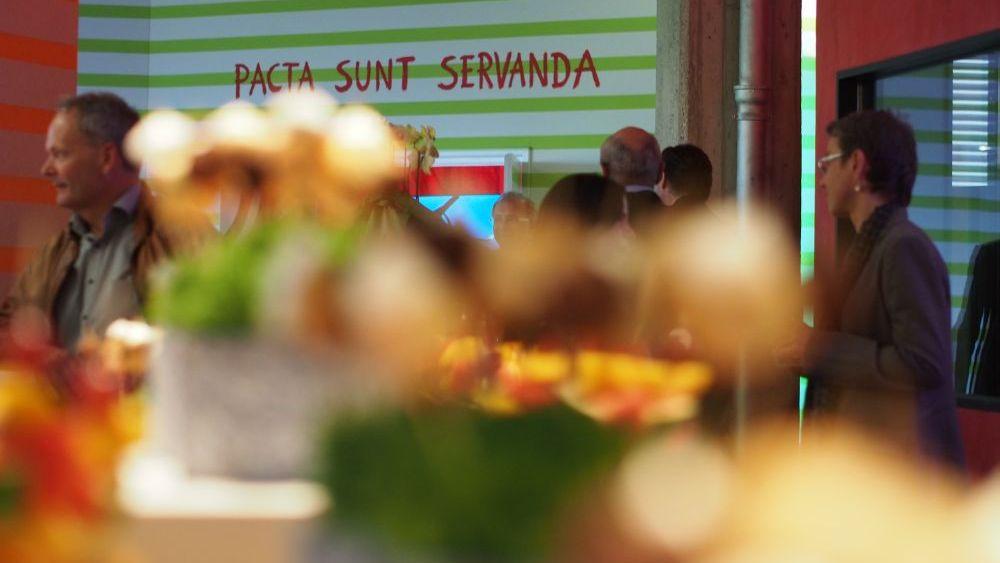 Pacta sunt servanda - Motto des Konferenzraums (Foto: invidis.de)