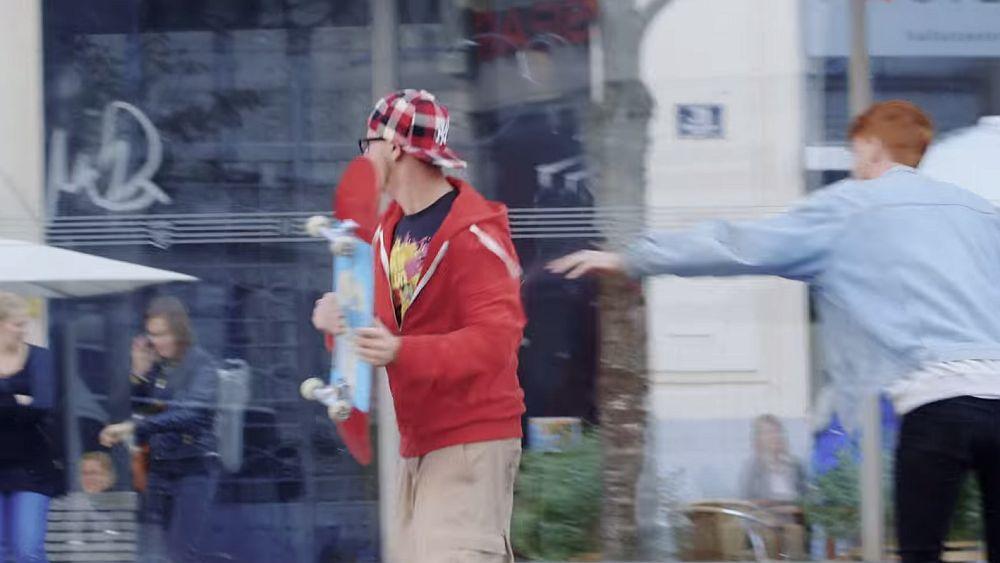Skater ergreift Abwehrmaßnahmen gegen nahende Zombies (Screenshot: invidis.de)