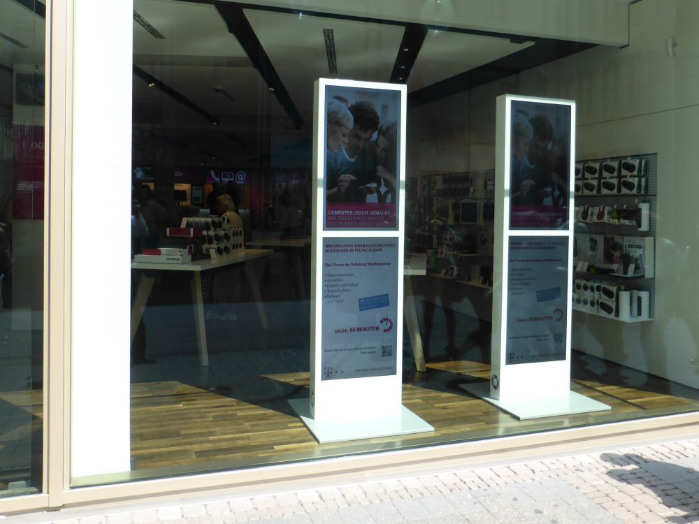 Wichtig im Handel: Trotz Sonneneinstrahlung sichtbare Inhalte auf Displays im Schaufenster (Foto: invidis.de)