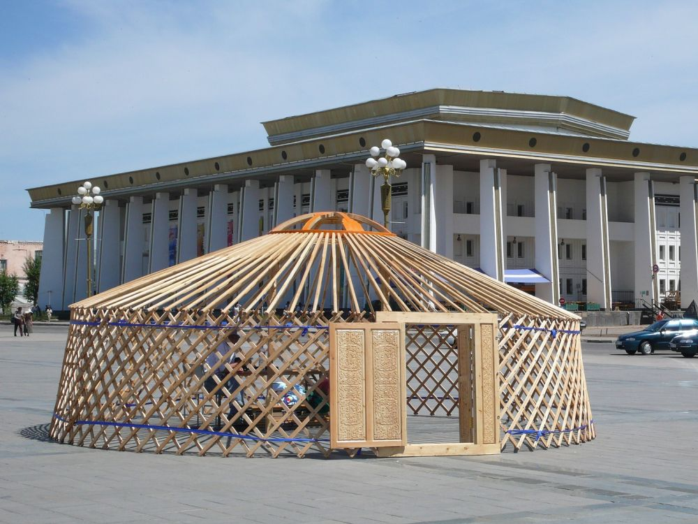 Ulan Bator - Nomadenzelt und Gebäude (Foto: Veronika Pucerova/ pixabay.com)
