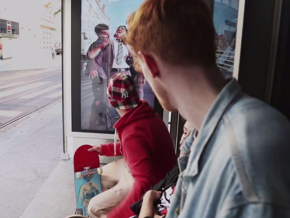 Zombies mit Opfer hinten, erschrockene Skater vorne Screenshot: invidis.de)