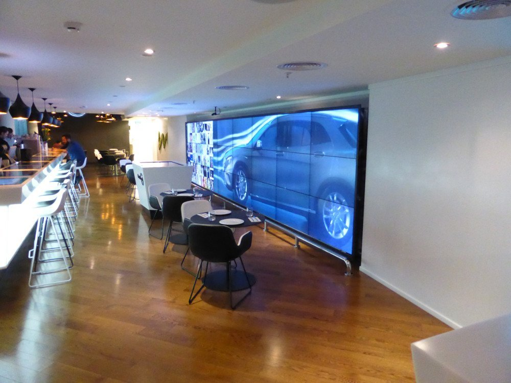 The low ceiling height inside the cafe required to install the media wall on floor level (Photo: invidis)