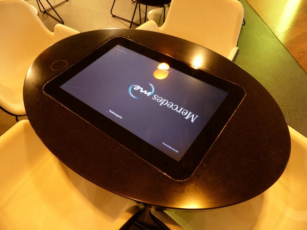 Coffee table with integrated touch screen including digital menu and additonal mercedes information (Photo: invidis)