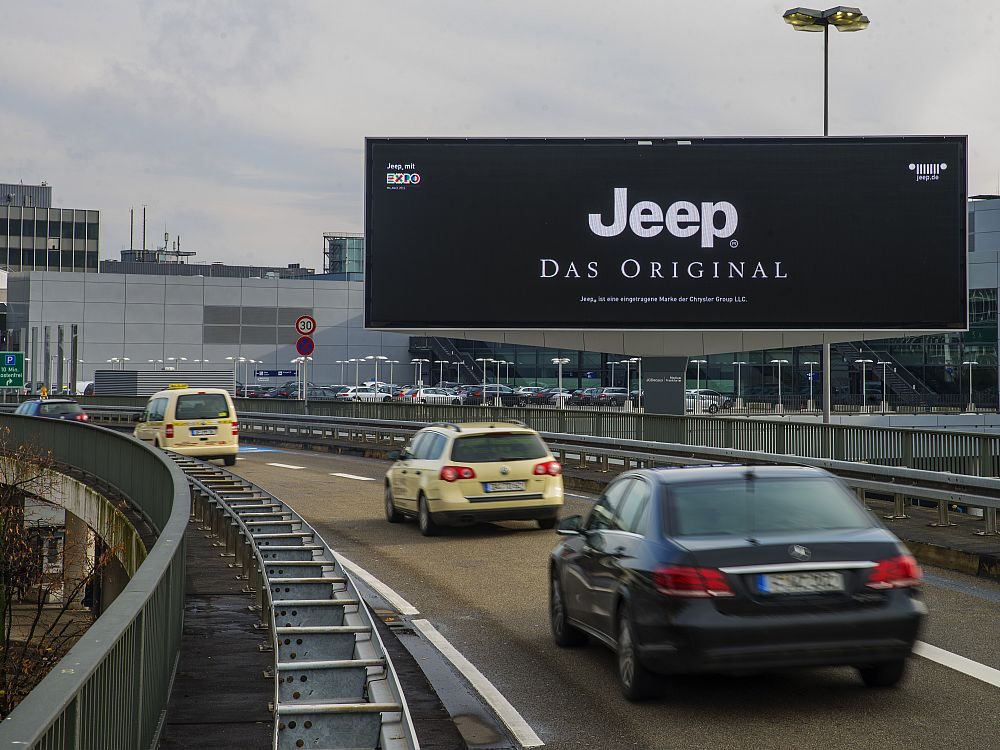 Kampagne für Jeep auf dem Digital Landmark (Foto: Media Frankfurt)