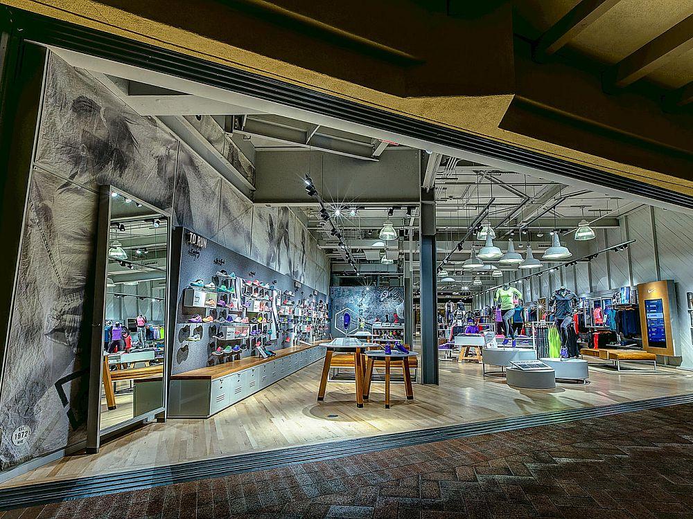 Im Experience Store kann fehlende Ware mobil geordert werden (Foto: Nike)