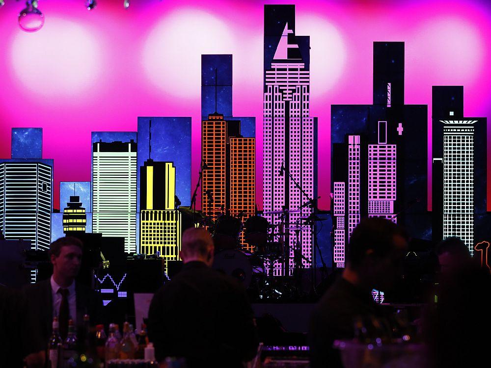 Abendstimmung und Art Wall: Bühne mit Square Tiles und 16:9-Screens (Foto: Samsung)
