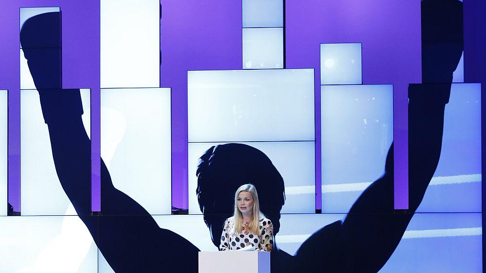 Schattenboxer und echte Boxweltmeisterin: Regina Halmich vor der Art Wall (Foto: Samsung)
