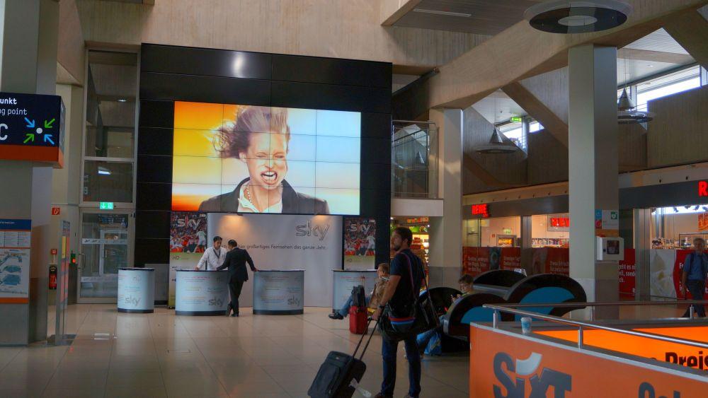 Fahrtwind auf einer Video Wall am Airport CGN (Foto: IAM)