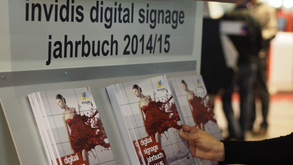 invidis digital signage jahrbuch 2014/15 auf der Viscom 2014 (Foto: invidis.de)