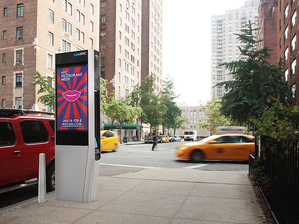 LinkNYC-Stele an einer Kreuzung (Foto/ Rendering: Comark)