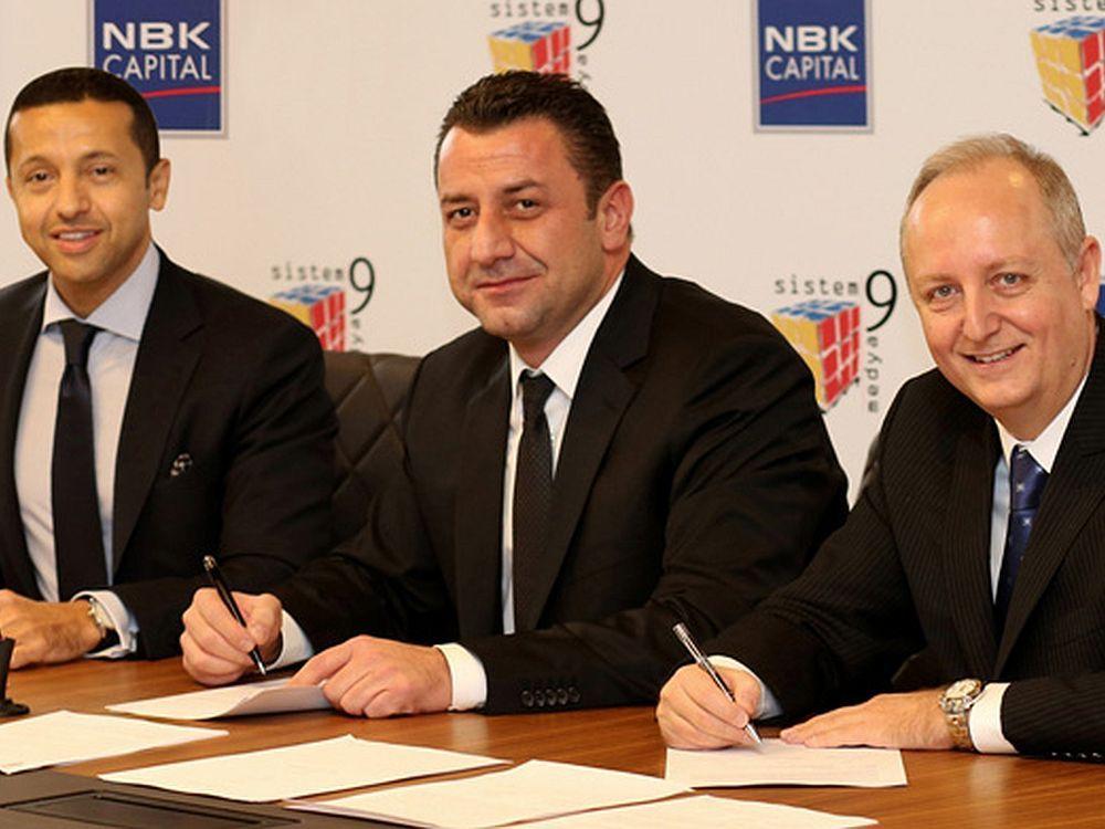 Amjad Ahmad (NBK Capital) (l.) und Firmengründer Kaan Akin (M.) unterzeichnen Kaufvertrag (Foto: Sistem-9 Medeya)