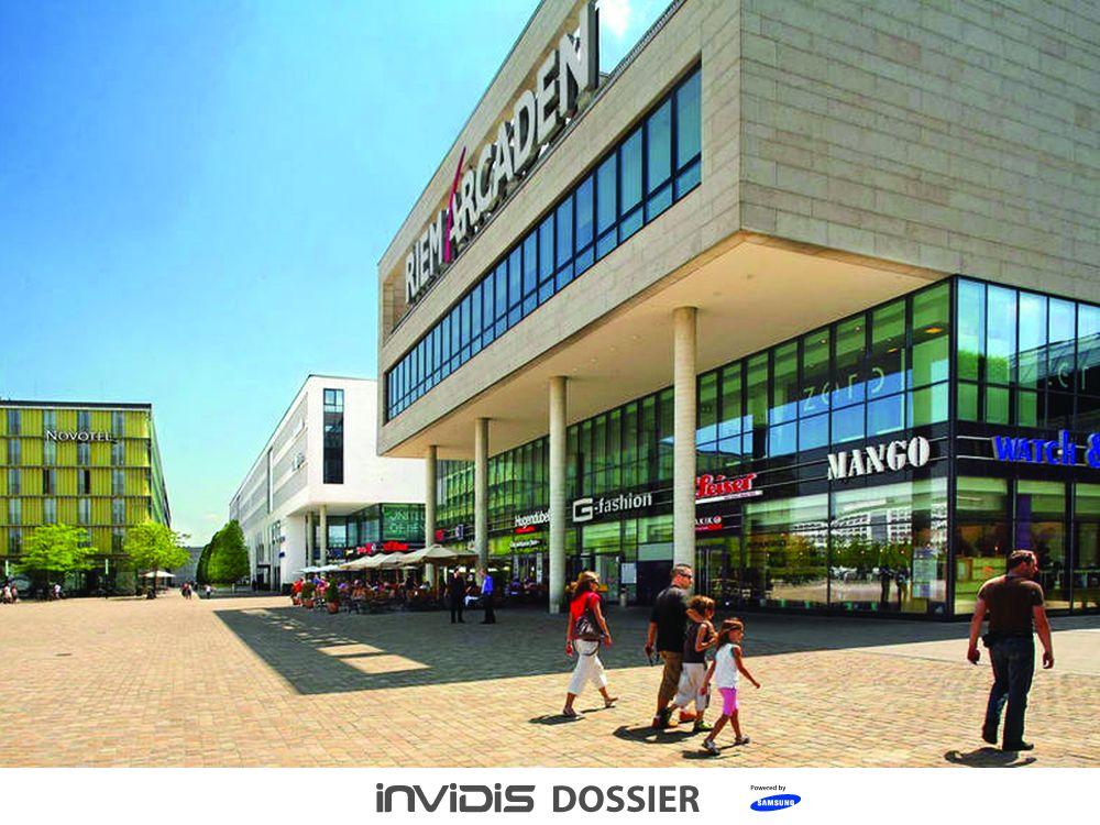 Modernisiert und Maßstab für ein Einkaufscenter in einer Großstadt: Die Riem Arcaden anno 2015 (Foto: mfi; Grafik: invidis.de)