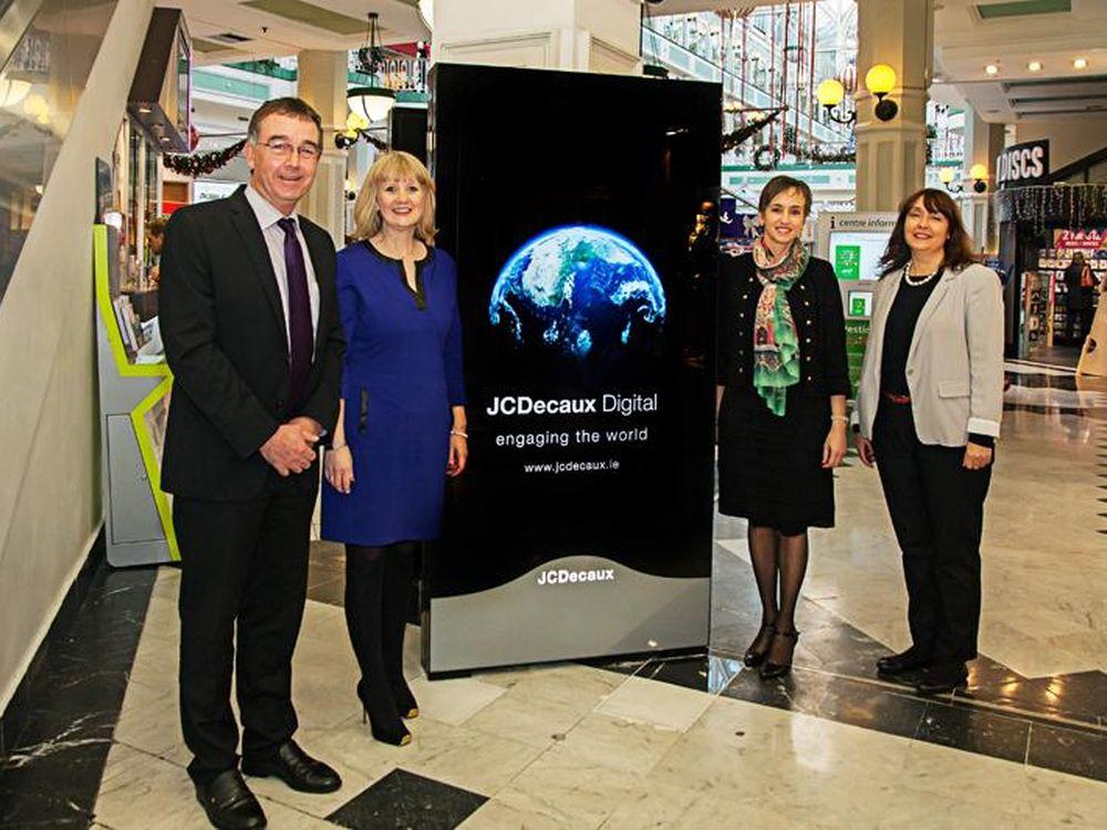 V.l.n.r.: Greg Devitt, St. Stephen's Green Shopping Centre; Julie Mulleady, Joanne Grant, beide JCDecaux; Barbara Walsh, St. Stephen's Green (Foto: JCDecaux)