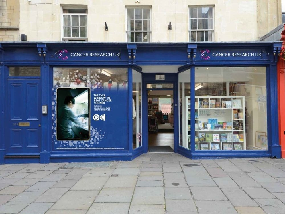 NFC-Lösung im Shopping Window für den guten Zweck (Foto: Clear Channel UK)