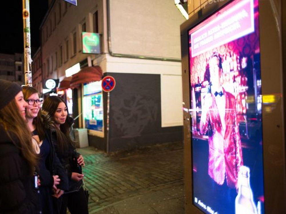 Neue Zielgruppe: Junge Frauen vor Astra-CLP (Foto: Phillip und Keuntje)