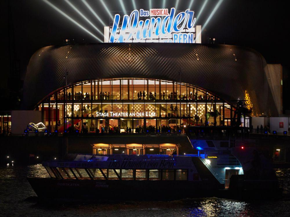 Inszeniert sich mit modernem Lighting: Theater an der Elbe (Foto: Stage Entertainment)
