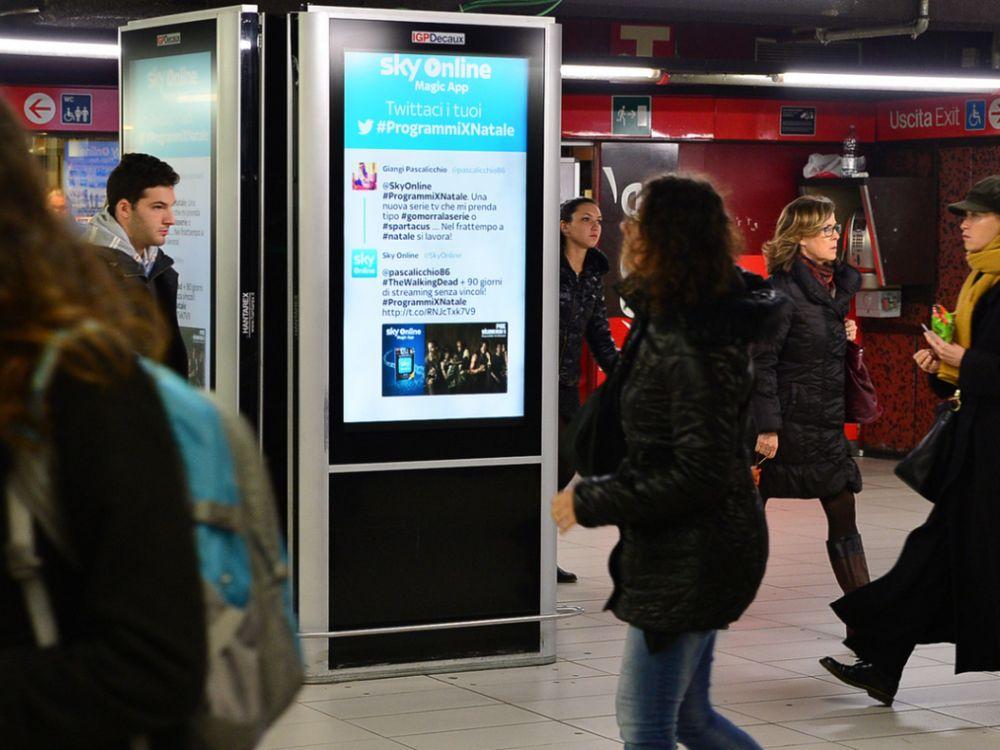 Urban Live Tweeting: DooH-Aktion für Sky Italia Screens in einer U Bahn-Station (Foto: IGPDecaux)