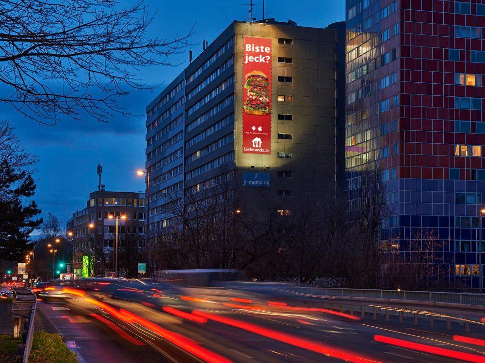 Aktuelles Riesenposter der Karnevalskampagne für Lieferando (Foto: blowUP media)