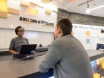 Amazon-Mitarbeiterin und Kunde (Foto: Businesswire)