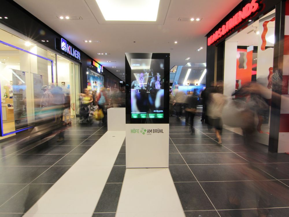 Auf dimedis-Software laufende Digital Signage-Stele in einer deutschen Shopping Mall (Foto: dimedis)
