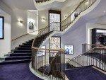 Hirmer: Treppenhaus mit Video Wall im Erdgeschoss (Foto: Hirmer)