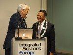 ISE 2015: RAI CEO Hans Bakker (l.) ernennt Messechef Mike Blackman (r.) zum Bürgermeister (Foto: invidis)