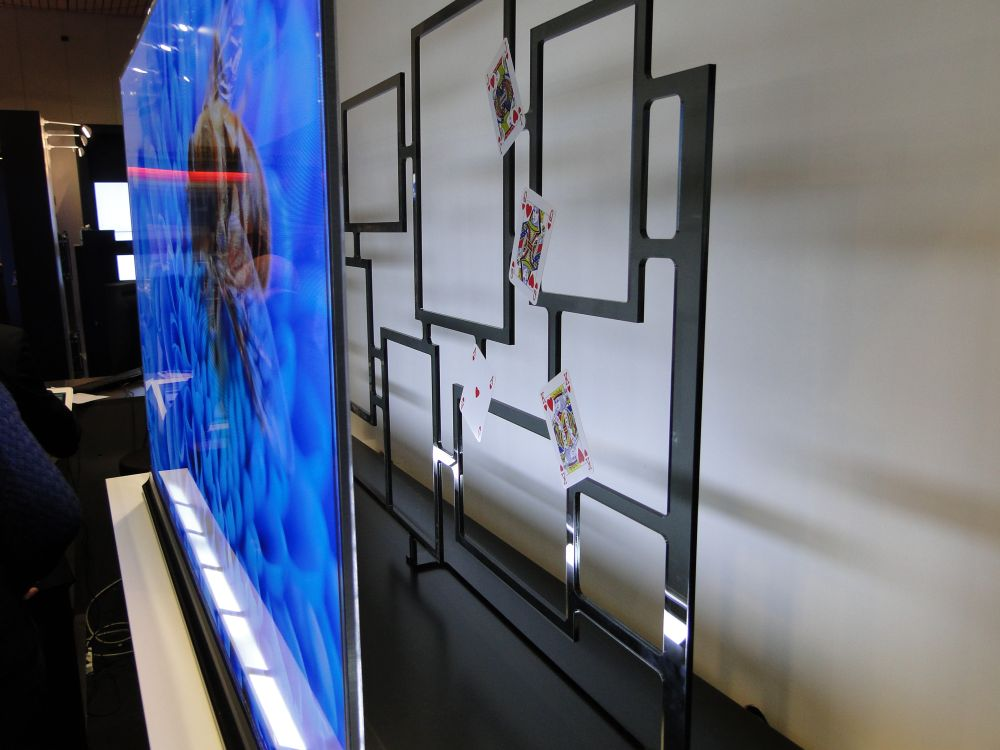 Prototyp eines transparenten OLED Displays bei Planar
