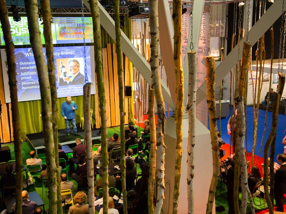 Eine der Vortragsbühnen auf der ISE 2015 (Bild: ISE)