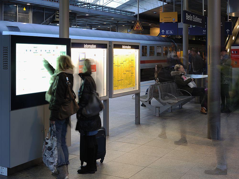 Interaktive Signage-Stele mit Beacons am Bahnhof Südkreuz (Foto: ST-Vitrinen Trautmann)