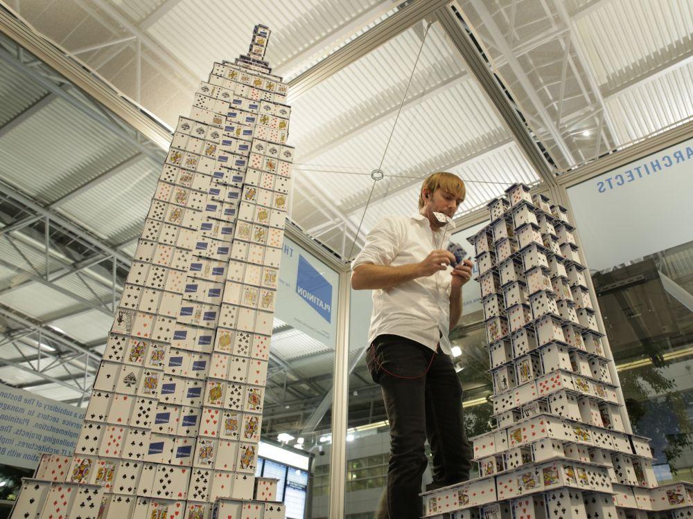 Jetzt bloß nichts fallenlassen: Bryan Berg beim Aufbau der Sonderumsetzung (Foto: Initiative Airport Media)