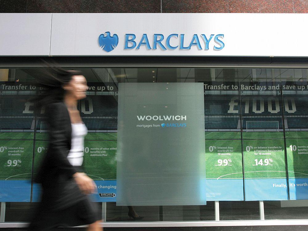 """Auf dem Weg zur """"Go to""""-Bank: Kundin vor einer Barclays-Filiale (Foto: Barclays)"""