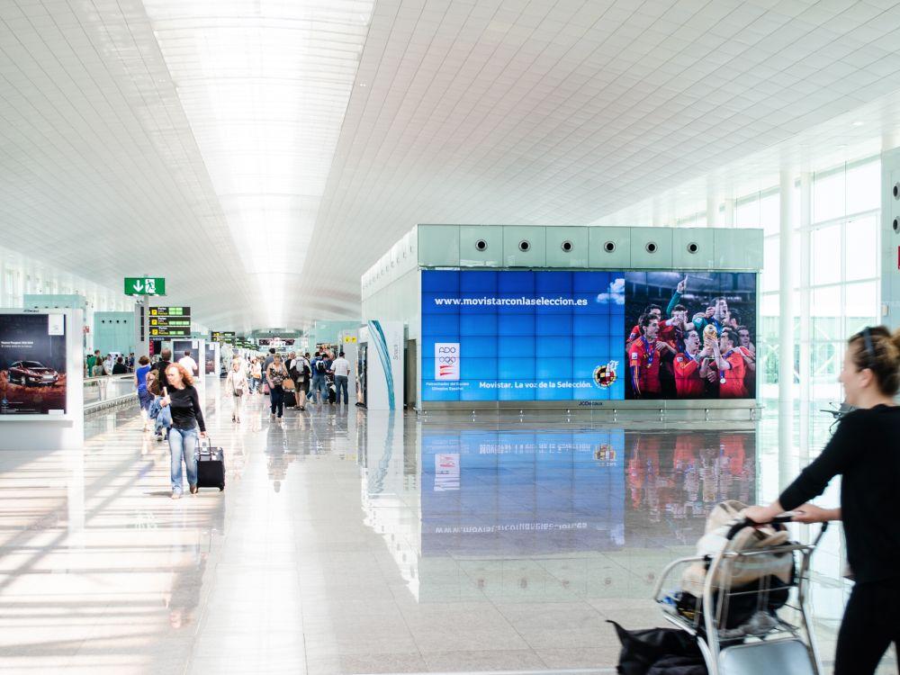Starkes Wachstum im spanischen Signage-Markt - Video Wall am Airport in Barcelona (Foto: JCDecaux)