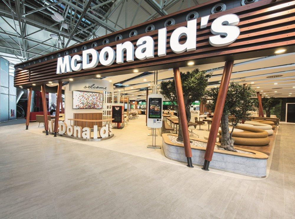 Deutschlands größtes Mc Donald's Restaurant wurde am Flughafen Frankfurt/Main eröffnet. Mehr Digital Signage gibt es bisher in keinem anderen Betrieb (Fot: Mc Donald's)