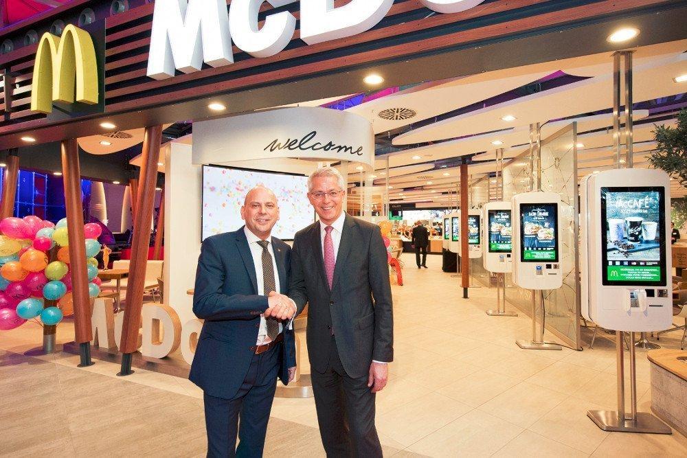 Digitales Entree mit Self Service Kiosk Systemen und Welcome Sceen (Foto: McDonald's)