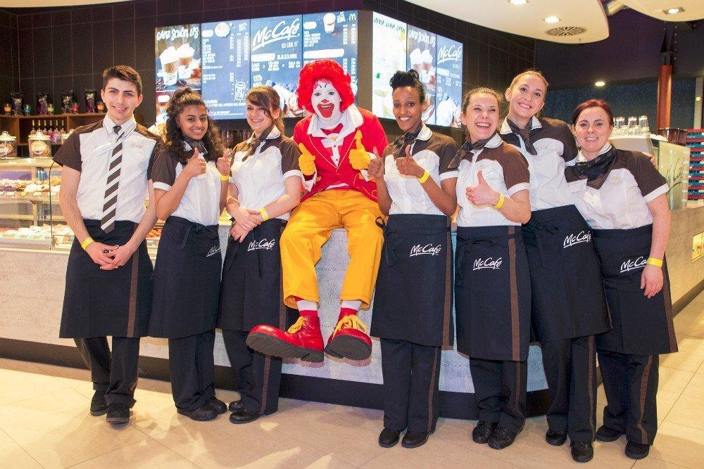 Premiere für Digital Menu Boards bei McCafe - bewirbt im Portrait-Modus aktuelle Cafe-Spazialitäten (Foto McDonald's)