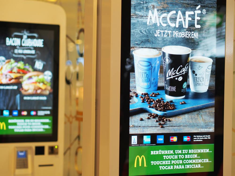 Airport Frankfurt: Easy Order Terminals bei Mc Donalds (Foto: invidis)