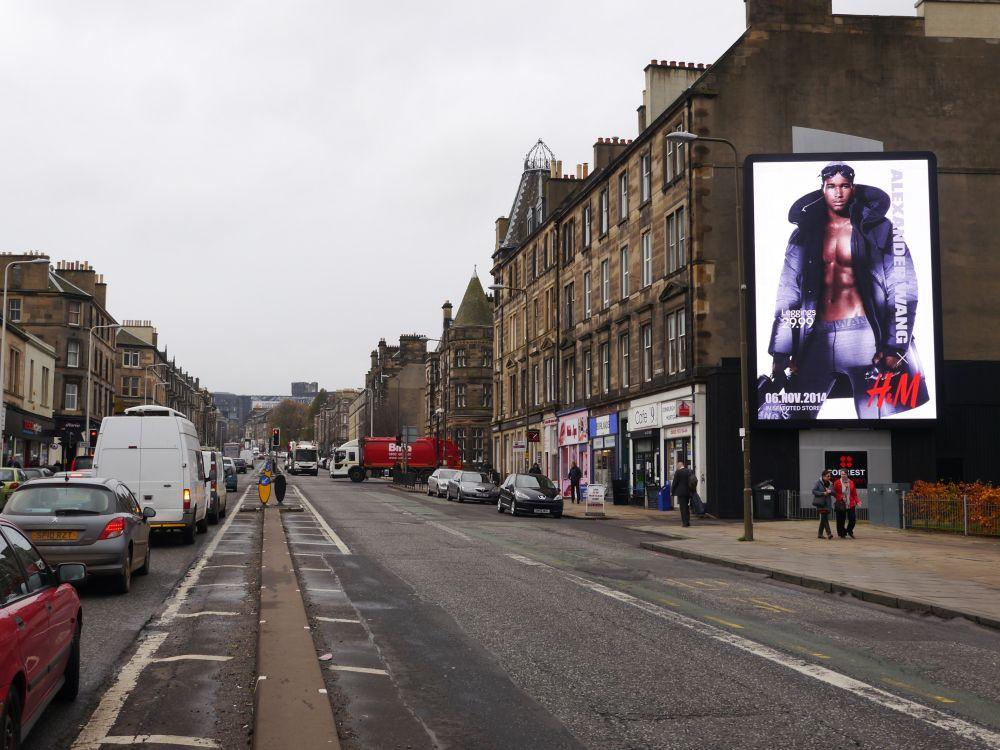 Britische DooH-Kampagne für H&M in Edinburgh (Foto: Kinetic UK)