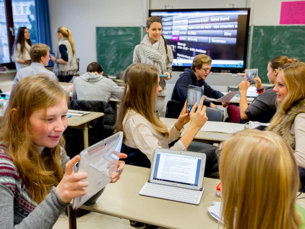 Deutsche Schulklasse testet Tablets und Whiteboard (Foto: Initiative digitale Bildung neu denken)