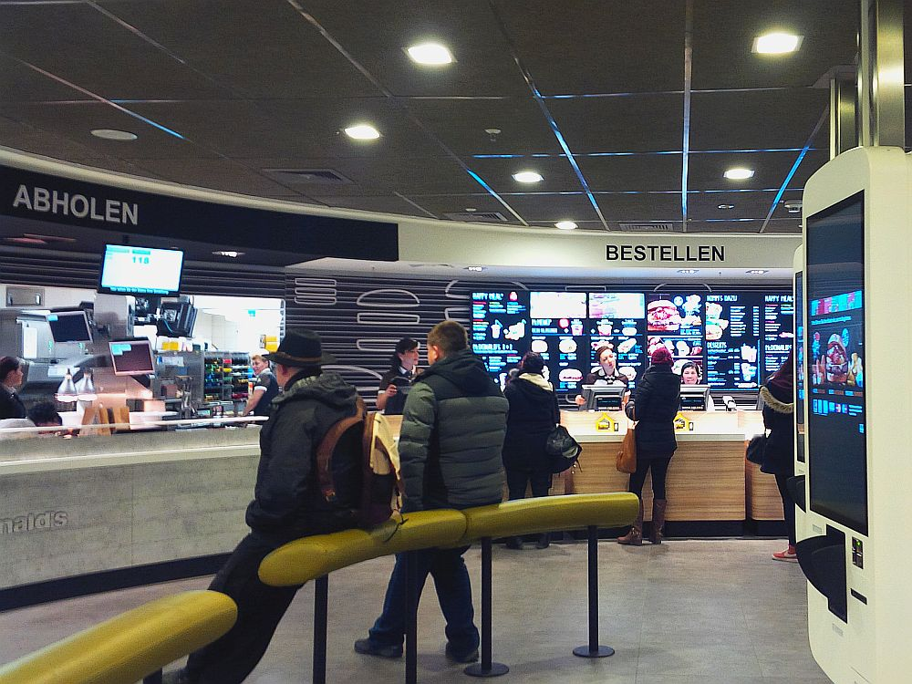 Digital Menu Boards und Easy Order-Terminals in der McDonald's-Filiale am Münchner Hauptbahnhof (Foto: invidis)