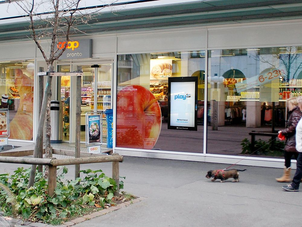 Digital Signage-Screen von Clear Channel im Schaufenster des Coop Pronto Stauffacher (Foto: Clear Channel)