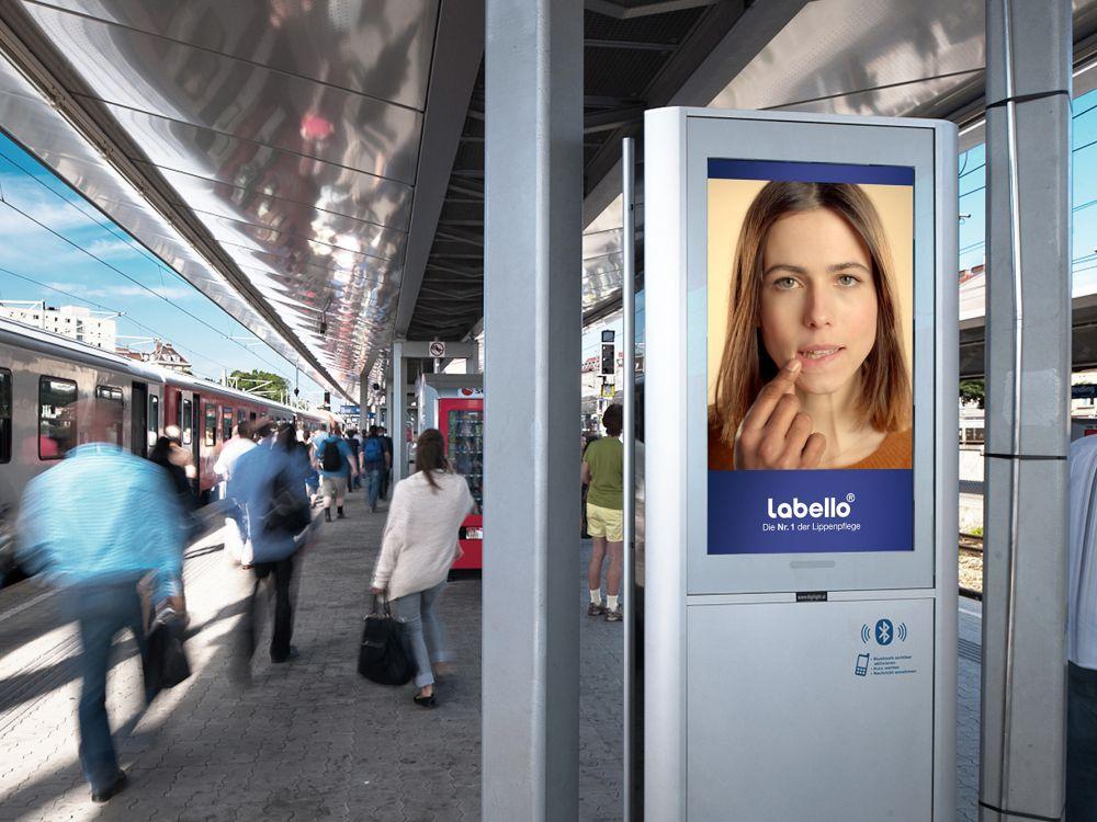DooH-Kampagne für Labello auf Digilight an einem ÖBB-Bahnhof (Foto: Digilight)