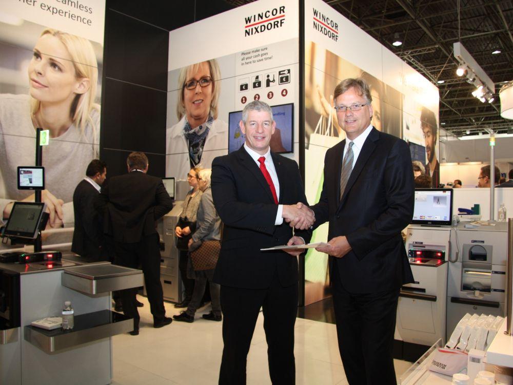 Kooperation wurde auf der EuroCIS besiegelt: Reinhard Meier (l.), Leiter Produktlinie PoS-Systeme bei Wincor Nixdorf und Tony Morrison, Sales Director, ITL (Foto: ITL)