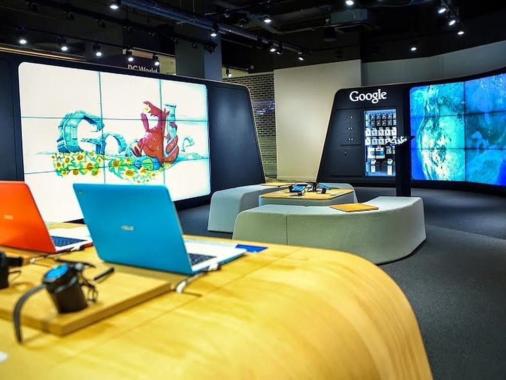 Links doodlen, rechts Google earthen: Video Walls im Londoner Google Store (Foto: Google)