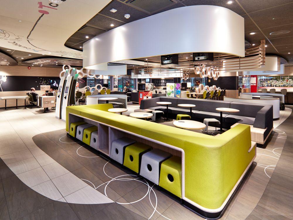 Self Service Kioske (hinten links) und Interieur bei McDonald's im walisischen Llanelli im Jahr 2013 (Foto: McDonald's)
