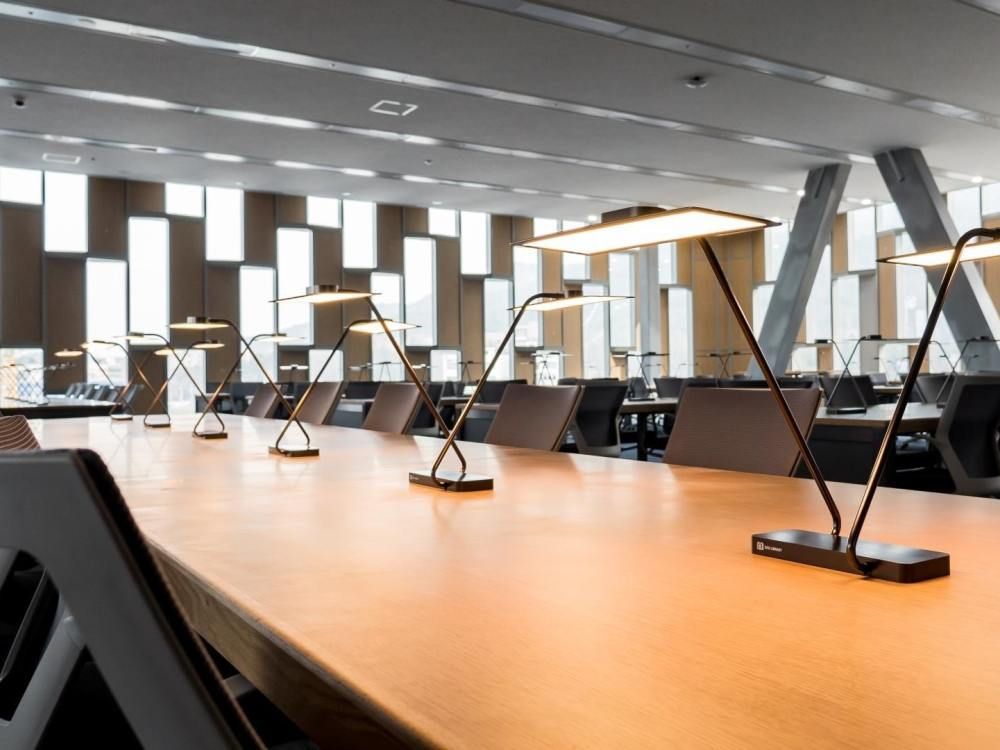 OLED-Lampen in der Bibliothek der Seoul National University (Foto: PR Newswire)