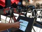 Rose Biketown: Kunde wählt über Tablet aus (Foto: Rose)