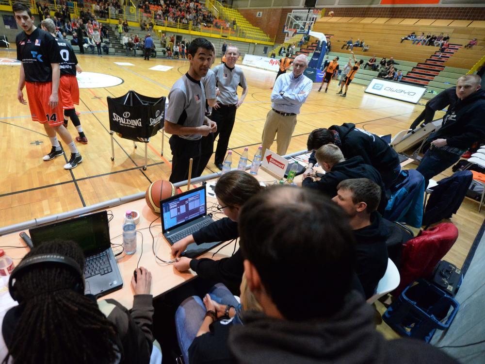 Spiel am 13. März 2015: Schiedsrichter erkundigen sich beim Anschreibetisch über den Zustand der Anzeigetafel (Foto: Sportpictures.de)