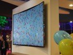 Viele bunte Smarties: Curved Samsung 4K Screen bei McDonald's (Foto: invidis)