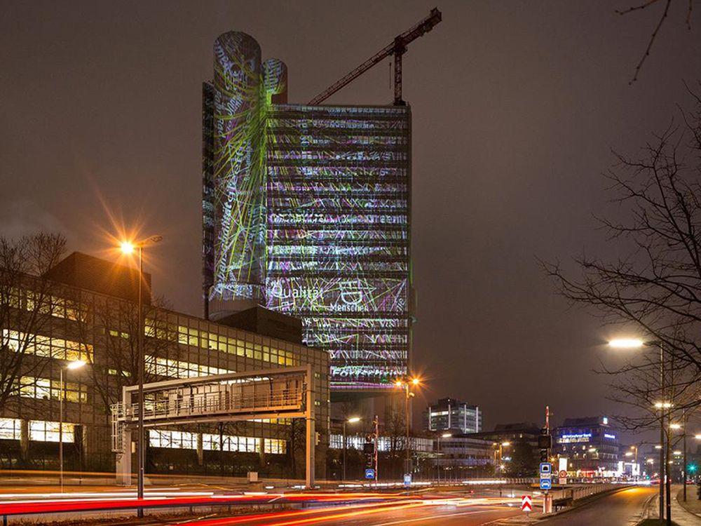 Von weitem sichtbar: Installation am HVB-Tower (Foto: HypoVereinsbank)